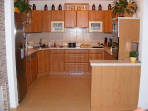 celkový pohled na kuchyň z obýváku