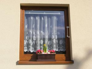 Jarní truhlík na okně, ale na noc ho schovávám, aby mi kytičky zatím nezmrzly