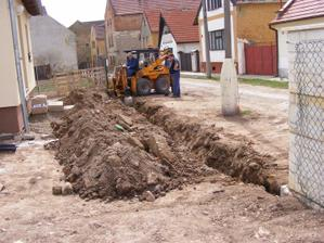 kopeme základy pro plot