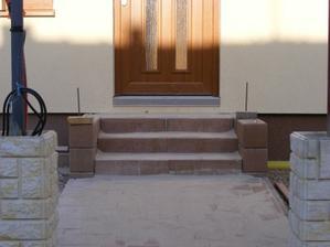 Zapískované schody, ještě chybí stříšky na zdi kolem