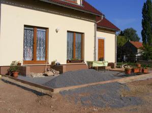 Rozdělaná terasa, nejsou dlaždice, ale už ji využíváme