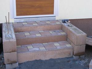 hotové schody z kotelny na zahradu, ještě musí vytvrdnout beton
