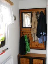 Věšák a botník - foto zdruhé strany, aby bylo vidět místo u okna
