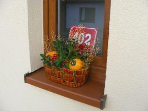 podzimní truhlík v okně