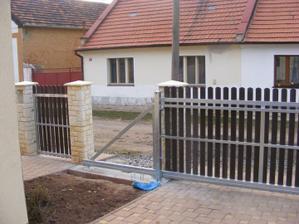 Nová vrata - pohled od domu