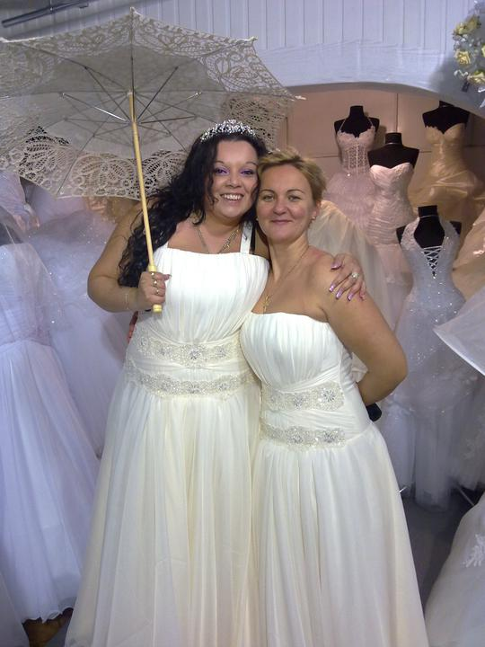 Moja svadba uz skoro vsetko mame... - Ja a moj svedok---naj koleginka a kamaratka.Moje popolnocne saty.Chcela som mat tiez take krasne ako svadobne...moja kamoska si ich tiez kupila ale nebude ich mat na svadbe