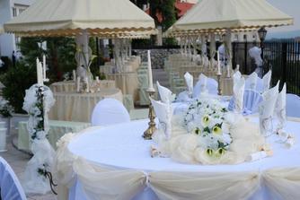 a takýto sme mali hlavný stôl na terase kde prebiehala skoro cela svadba