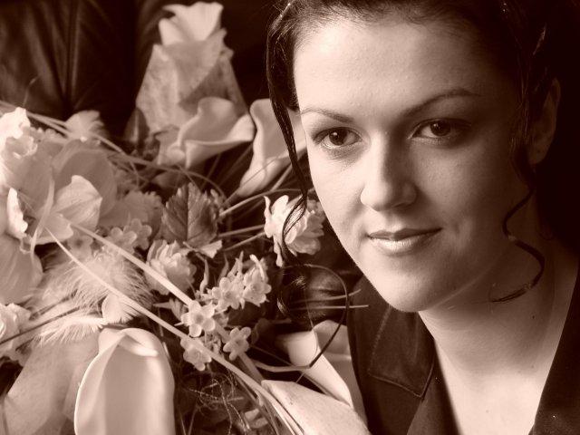 Zuzana Zakutanska{{_AND_}}Jozef Kmec - ja a vyzdoba na auto, tesne pred oblecenim svadobnych siat :-)