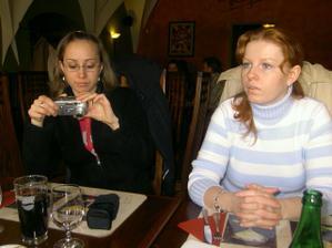 Peťula se připravuje fotit,vedle Zuzka