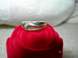můj zásnubní prstýnek, v tak malé velikosti měl miláček dost omezené možnosti, ale dle mého názoru lépe vybrat nemohl :)