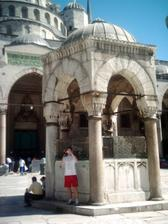 Miláček před njevětší muslimskou Modrou mešitou.