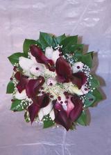 Kytičku bych chtěla v kombinaci vínových kal a bílých a světlounce růžových tulipánů.