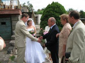 ženich žádá o ruku nevěsty
