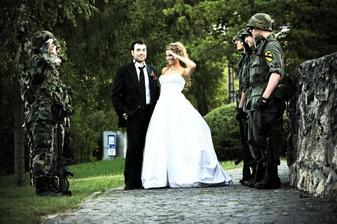 ... no nikdy by ma nenapadlo ze budem na svadbe salutovat ;-) ...