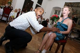 ... moja sestra Mimka kyticku chytila, takze rovno jej aj svadobny podvazok navliekli ;-) ...