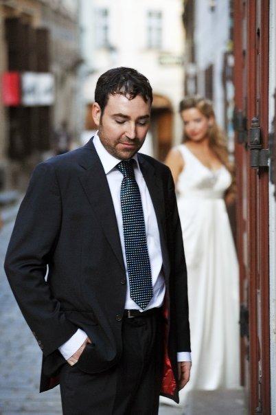 Detailiky nasej svadby 13.9.2008 - manzel mal tmavomodry oblek s cervenou podsivkou Carolina Herrera - no nie je to fesak? ;-)