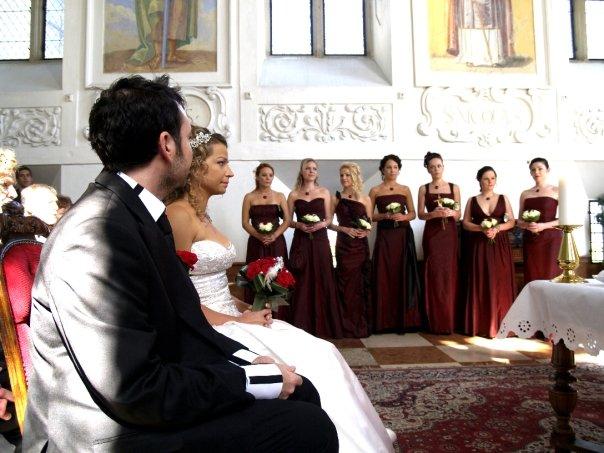 Detailiky nasej svadby 13.9.2008 - moje krasne druzicky - mala som 8 druziciek (jedna na fotke chyba lebo stoji za mnou) a kazda mala iny styl siat, ale vsetky saty boli z rovnakeho materialu a dlhe az po zem ;-)