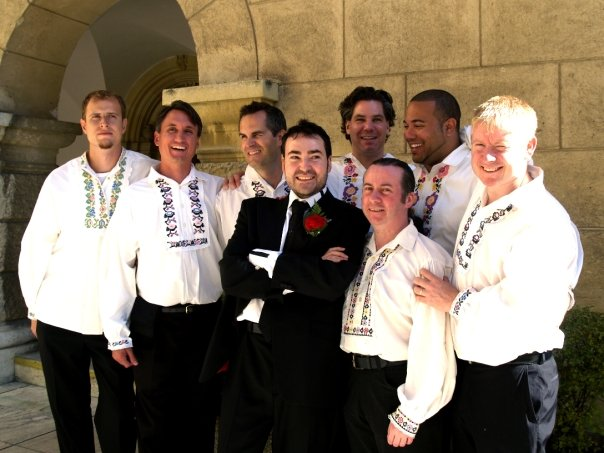 Detailiky nasej svadby 13.9.2008 - pre druzbov som v ziadnej pozicovni nemohla zohnat 7 rovnakych oblekov ... tak sme ich nakoniec vsetkych obliekli do kosiel z folklorneho suboru, a vyzeralo to super ;-)