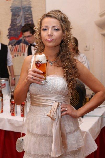 Detailiky nasej svadby 13.9.2008 - detail popolnocnych siat - nevesta pije pivo, s penou na ustach ;-)