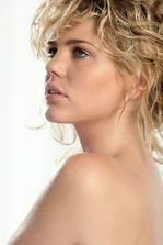 pekná modelka...make.up..veľmi nenapadny  a pekny
