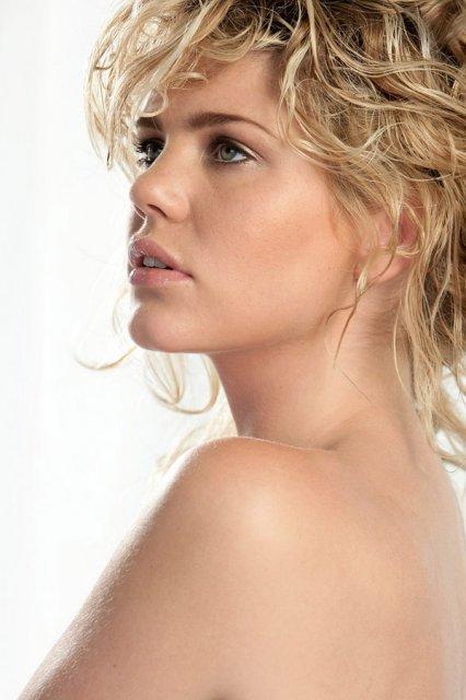 Šatočky - pekná modelka...make.up..veľmi nenapadny  a pekny