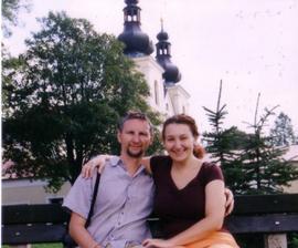 ... takhle vypadáme :-), v pozadí klášter, kde bude svatba
