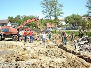 Máj 2009 kopanie základov