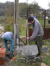 Zalievanie káblov a príprava na osadenie elektrickej bedne