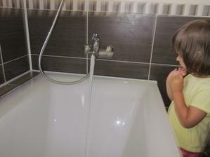 Dcérka Tamarka sa vytešuje nad tečúcou vodou :-)