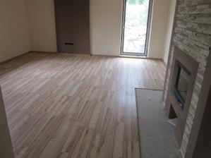 Obývacka, vymalovana, polozena podlaha, este chyba dlazba pred krbom
