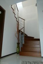 steny okolo schodov sa ešte budú tapetovať, preto iba jedna vrstva farby :-)