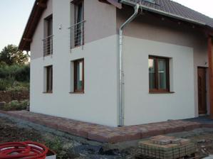 dělá se chodník a terasa za domem