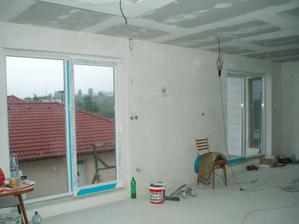 okná v obývačke a kuchyni