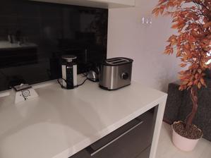elektrická zásuvka nechýba ani na kuchynskej linke,páči sa mi to viac,ako dávať klasické zástrčky na zástenu,ale to je môj názor,každému sa páči niečo iné