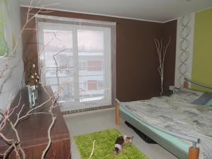 tá hnedá stena bola predtým biela (foto v albume)a zdalo sa mi to fádne,na stenu ešte príde obraz a taký detail :-) nová postel a stolíky