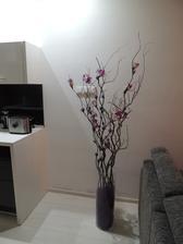 naša živá dekorácia,vyrobená z konárov vŕby a doplnená umelými kvetmi