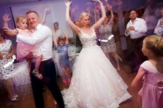 hop, hop, hop, hop, skáče celá svadba...