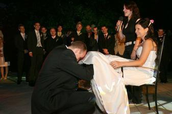 ...ženích sťahuje podväzok... sa nahľadal pod toľkými sukňami :)