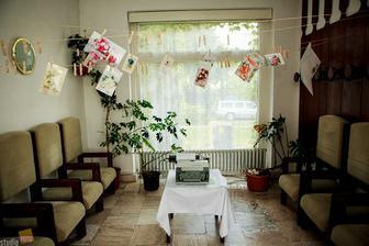 Pohľadnice a písací stroj pripravený pre odkazy od svadobčanov...