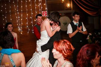 ....šťastných novomanželov.