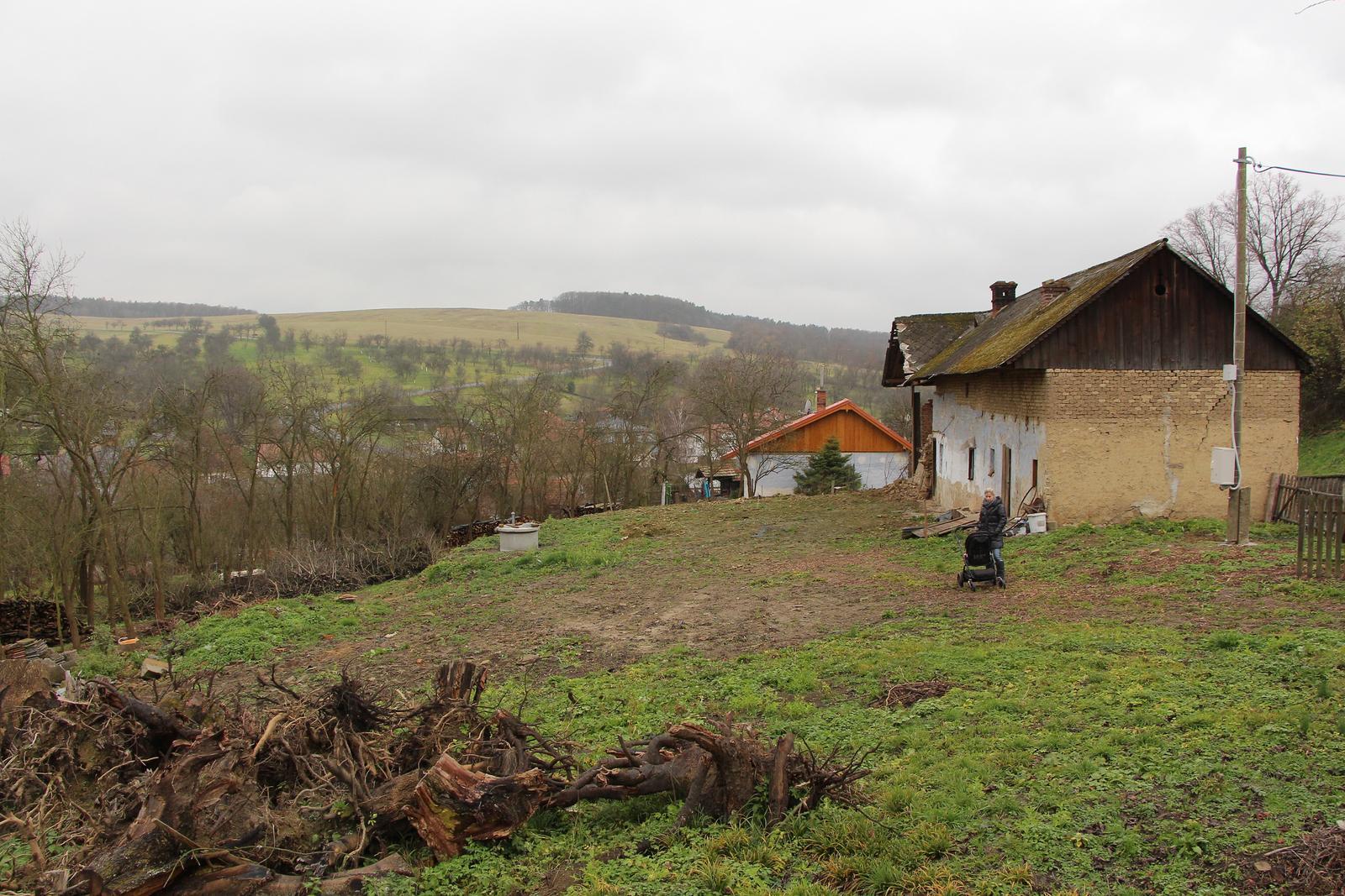 Začínáme..pokračujeme..finišujeme ;-) - náš pozemek... Vlevo končí za tou řadou stromů, vzadu za tou krásnou zříceninkou :-) V tomto místě bude končit dům a veškerý plácek zůstane volný :-)