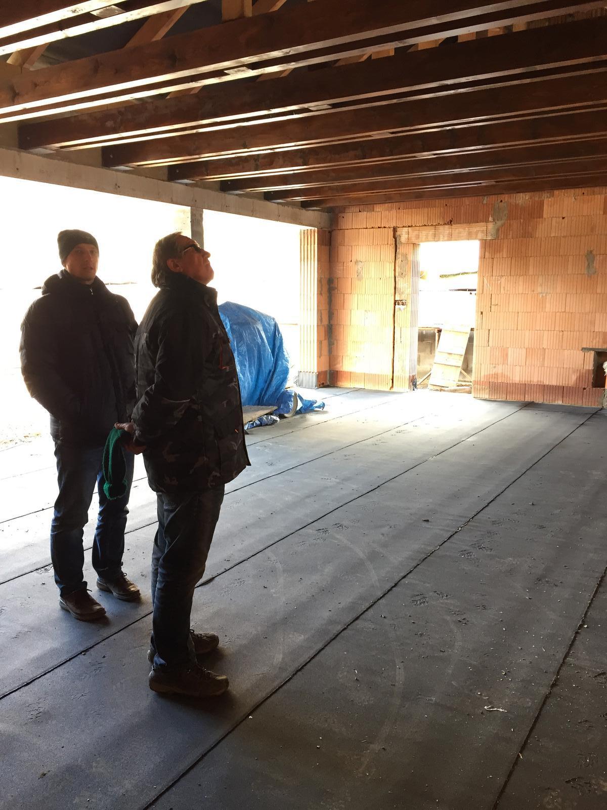 Začínáme..pokračujeme..finišujeme ;-) - Manžel a tchán..kontrolují střechu v naši pidigaráži :-D