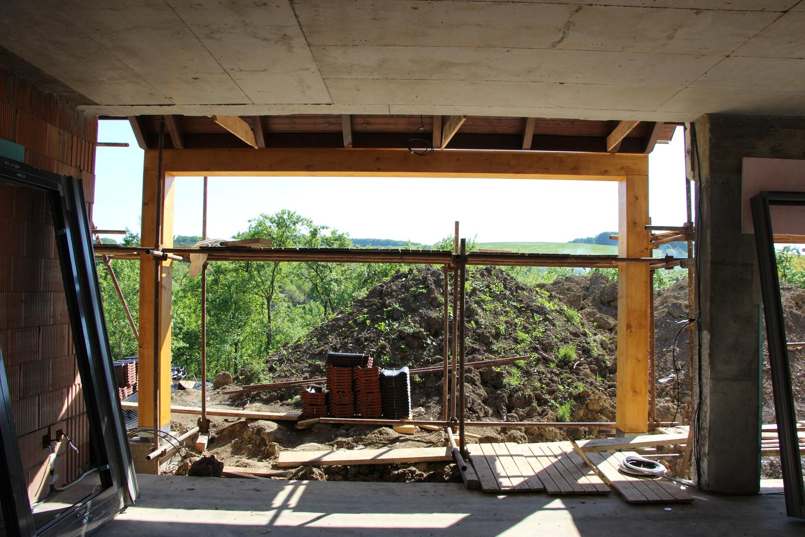 Začínáme..pokračujeme..finišujeme ;-) - Osmitunový trám na terase postaven :-))