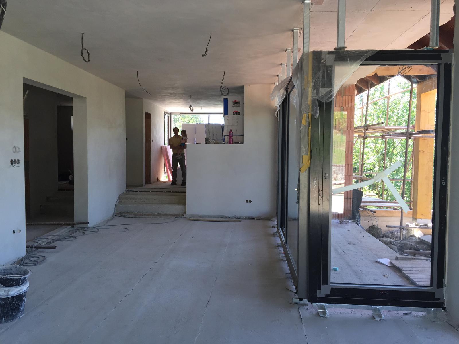 Začínáme..pokračujeme..finišujeme ;-) - Pohled z obýváku do kuchyně, vlevo chodba a schodiště..