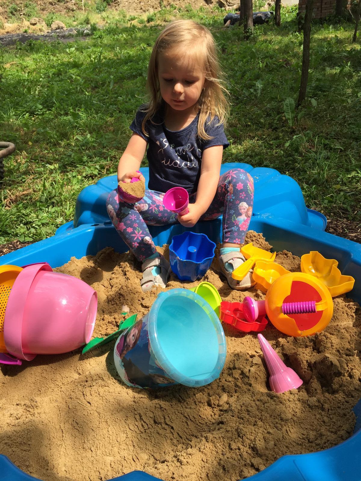 Začínáme..pokračujeme..finišujeme ;-) - Konečně má na zahradě pískoviště!!!!!! :-)