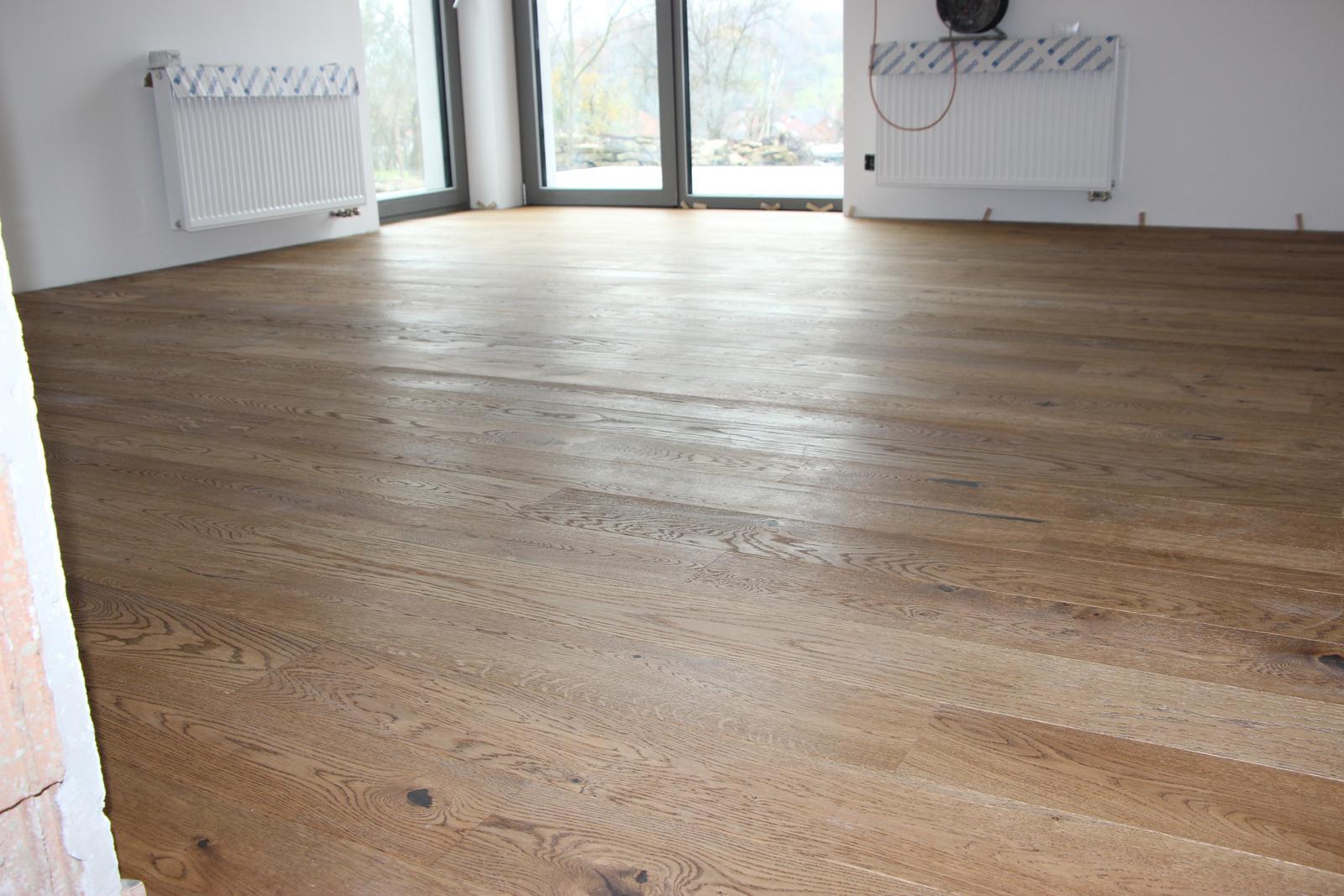 Začínáme..pokračujeme..finišujeme ;-) - podlaha v herně...tu barvu prostě miluju!!! ♥ Stejná bude i v kuchyni a obýváku..