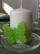 na stol s ruzovymi motylmi a kvietkami