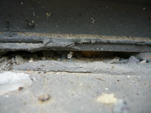 Pod dverami nie je izolácia. Len holé drevo je tam...
