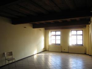Opět - od vchodu do místnosti k oknům je to asi 11 metrů délky, náš dům je dlouhý a úzký