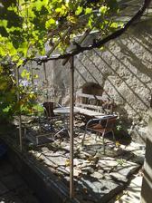 Posezení v bývalém skleníku - neměli jsme sílu řešit pergolu,  ale lidé si jej kupodivu oblíbili:)